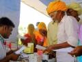Nemocnice Sri Swami Madhavananda Austria Hospital v Jadanu: Zdravotní pracovníci vydávají potřebné léky.